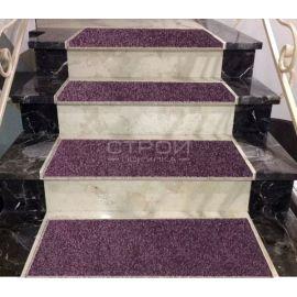 Ковролиновые накладки Аметист на мраморной лестнице.