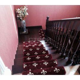 Красные ковровые накладки Лилия на деревянную лестницу.