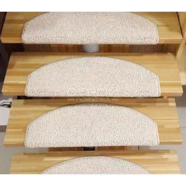 Ковровые накладки Сахара на деревянных ступенях лестницы.
