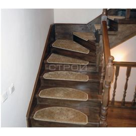 Бежевые накладки Барс на ступеньки на деревянной лестнице.