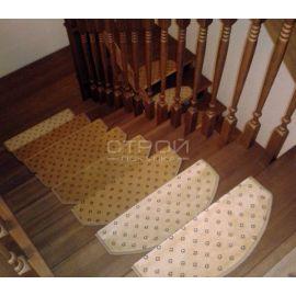 Вид сверху на ступени лестницы с ковровыми накладками Барс.