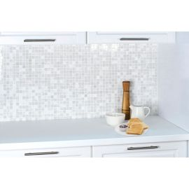 Мозаика White Polished (JMST037) 20x20 мм из натурального белого мрамора из коллекции Wild Stone в интерьере кухни