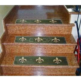 Зеленые коврики на красной мраморной лестнице.