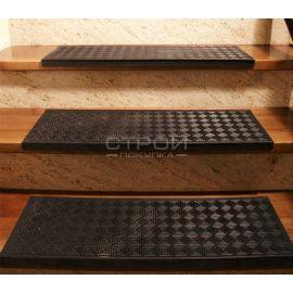 Проступь резиновая противоскользящая Модерн 25х75 см - вид на лестнице спереди.