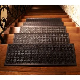 Проступь резиновая противоскользящая Модерн 25х75 см на ступенях лестницы.