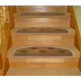 Бежевые ковры-накладки на деревянную лестницу.