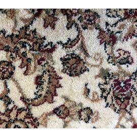 Фактура ковролина бежевого коврика на домашнюю деревянную лестницу.