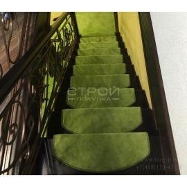 Зеленые коврики для ступеней лестницы в доме - Трава  в интерьере загородного дома.