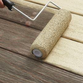 Нанесение валиком восстанавливающей краски для дерева.