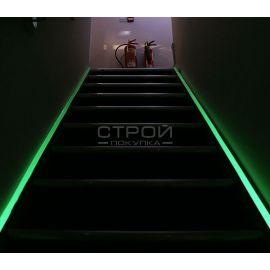 Светящаяся клейкая лента с абразивным противоскользящим слоем на лестнице.