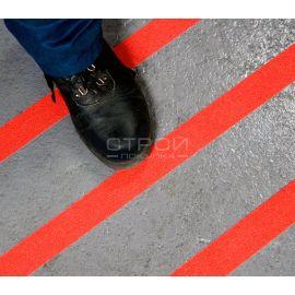Оранжевая противоскользящая алюминиевая лента наклеенная на неровную поверхность