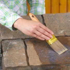 Нанесение пропитки кирпича бетона.