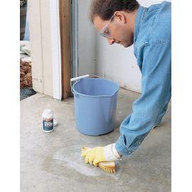 Нанесение очистителя бетона и камня Etch на пол.