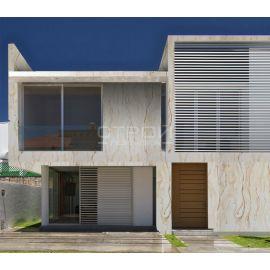 Отделка фасада коттеджа афинским мрамором.