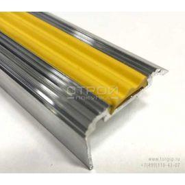 Внешний угловой порог из алюминия с желтой вставкой.