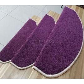 Внешний вид ковролиновых накладок — Purple  из фиолетового ковролина на лестнице загородного дома.