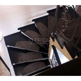 Накладка на ступени из ковролина цвета шоколад в интерьере коттеджа.