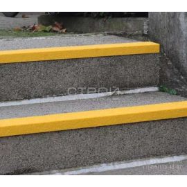 Установленный на ступени лестницы уголок из стеклопластика композитный, противоскользящий.