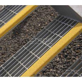 Противоскользящий уголок композитный из стеклопластика 7х3 см на ступенях.
