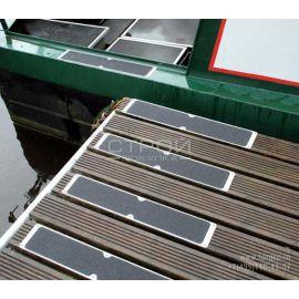 Алюминиевая накладка на ступени закрепленная на причале.