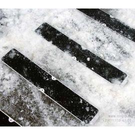 Алюминиевая накладка на ступени длиной 114 мм с противоскользящей черной лентой в экстерьере на причале.