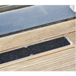 Алюминиевая накладка на ступени длиной 114 мм с противоскользящей черной лентой в интерьере.