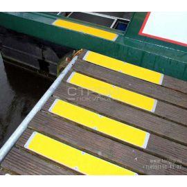 Алюминиевая пластина с лентой АП 114  на ступенях лестницы.