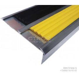 Угловой порог противоскользящий Премиум 73 мм х 5,5 мм х 22 мм с двумя резиновыми вставками - желтой и черной.
