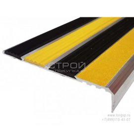 Уголок для ступеней лестницы с тремя противоскользящими резиновыми вставками и пазом под абразивную ленту