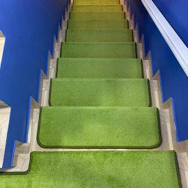 Коврики для ступеней лестницы в доме салатного цвета с ворсом 12 миллиметров.