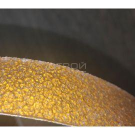 Крупный план желтой светоотражающей виниловой ленты Сoarse Resilient DOT H6652.
