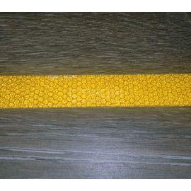 Желтая светоотражающая виниловая лента Сoarse Resilient DOT H6652 на плитке.