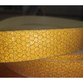 Ячейки крупным планом желтой светоотражающей виниловой ленты Сoarse Resilient DOT H6652.