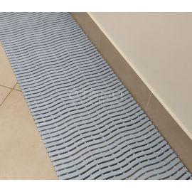 Дорожка из коврика Soft Step светло-серого цвета.