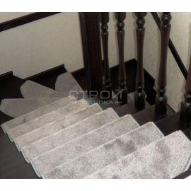 Серые коврики Венеция прямоугольной формы на лестнице.