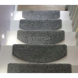 Серый коврик Венеция на модерновой лестнице в загородном доме.