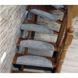 Обчные коврики Венеция серые на деревянной дачной лестнице.