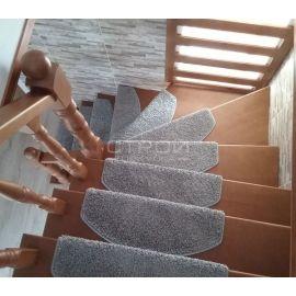 Вид сверху на лестницу с ковриками на ступенях Венеция серая.