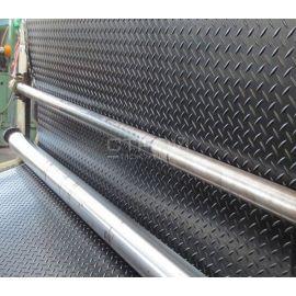 Черная резиновая дорожка Елочка в рулонах по 10 метров на прокатном станке.