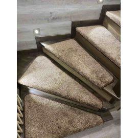 Нестандартные коврики на лестничные ступеньки Пальмира с коричневым оверлоком.