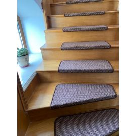 Ковровое покрытие на ступеньки лестницы Бостон нестандартного размера на лестнице.