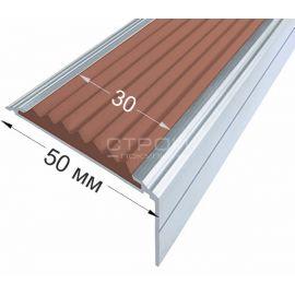 Противоскользящий порог-угол премиум на ступени шириной 50 милиметров из алюминиевого каркаса с усиленной конструкцией и нескользящей цветной вставкой.
