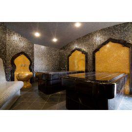 Глянцевая мозаика Aurum Metal золотого цвета производства Ezarri в интерьере спа-комплекса в стиле ближневосточной культуры.