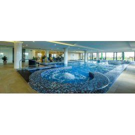 Мозаика Blue Lagoon Cocktail использована для отделки целого бассейнового комплекса
