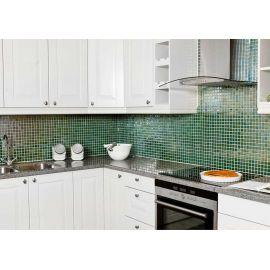 Глянцевая мозаика Esmeralda Metal зеленого цвета использована для кухонного фартука.