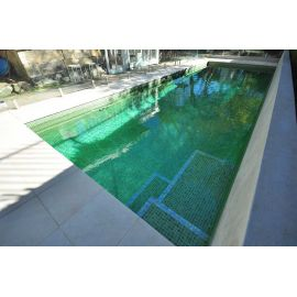 Мозаика Iris Green Pearl в бассейне на улице