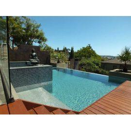 Глянцевая мозаика Inox Metal серого цвета производства Ezarri в бассейне.