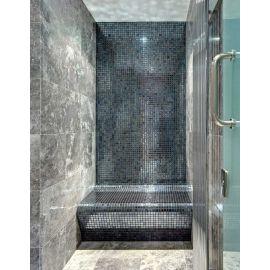 Глянцевая мозаика Lava Metal черного цвета производства Ezarri использована для интерьера ванной комнаты.