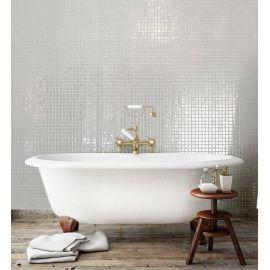 Интерьер ванной комнаты с глянцевой мозаикой Nickel Metal белого цвета производства Ezarri.