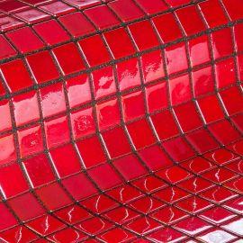 Глянцевая мозаика Rubi Metal красного цвета производства Ezarri.